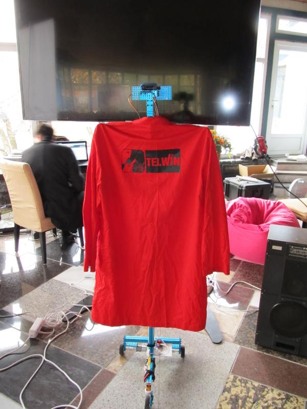 робот смотрит своё отражение в телевизоре