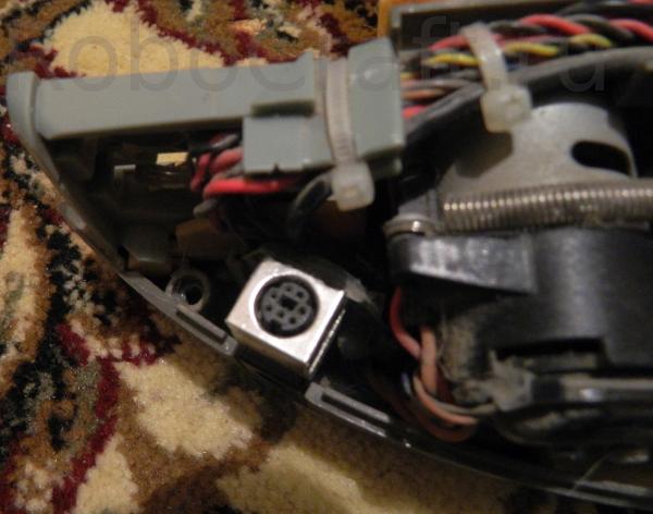 консольный разъём mini-DIN-7, через который можно управлять роботом