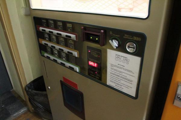 старый кофейный автомат,