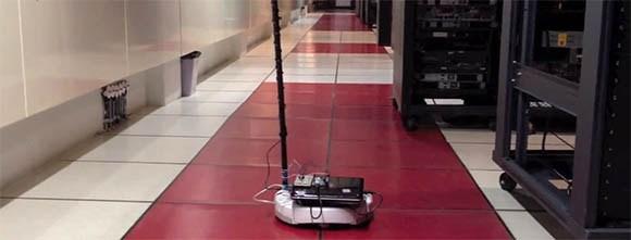 Робот осуществляет мониторинг дата-центра