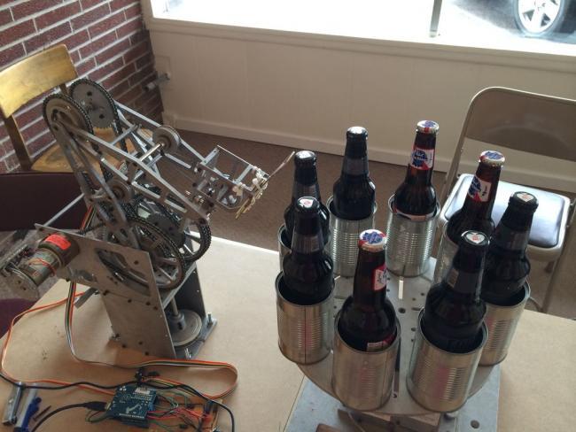 манипулятор открывает пивные бутылки