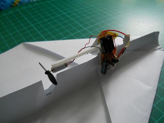 Бумажный самолётик управляемый с ИК-пульта от телевизора