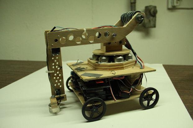 фанерный робот с манипулятором